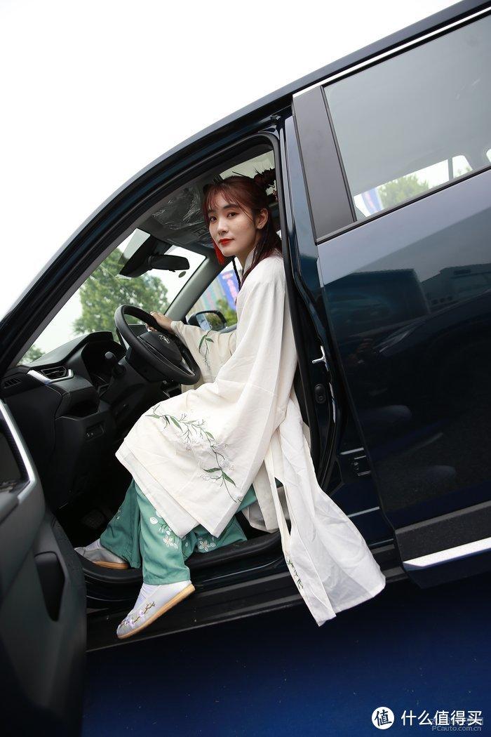 开车也能穿汉服?怎样搭配才不会显得不伦不类?