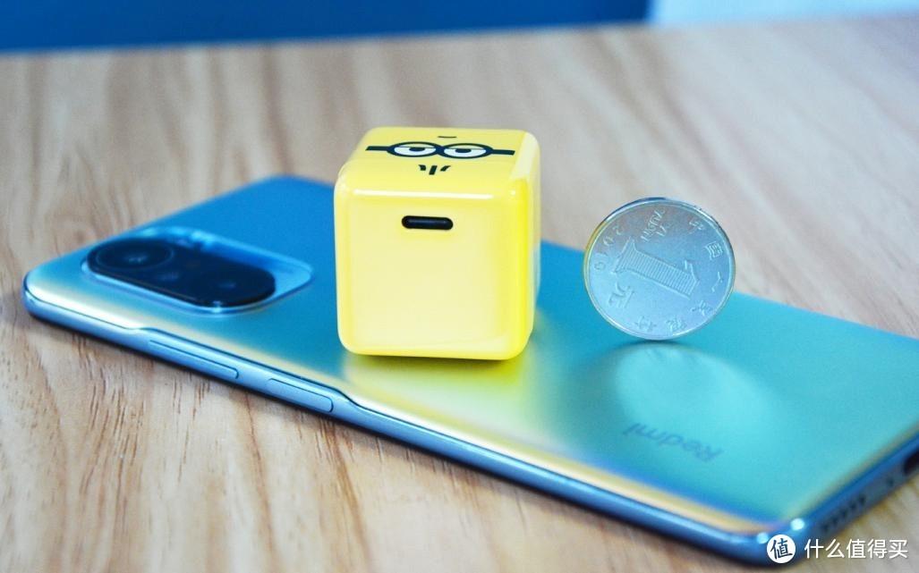 仅比硬币大一点,努比亚30W氮化镓小黄人联名款快充头开箱