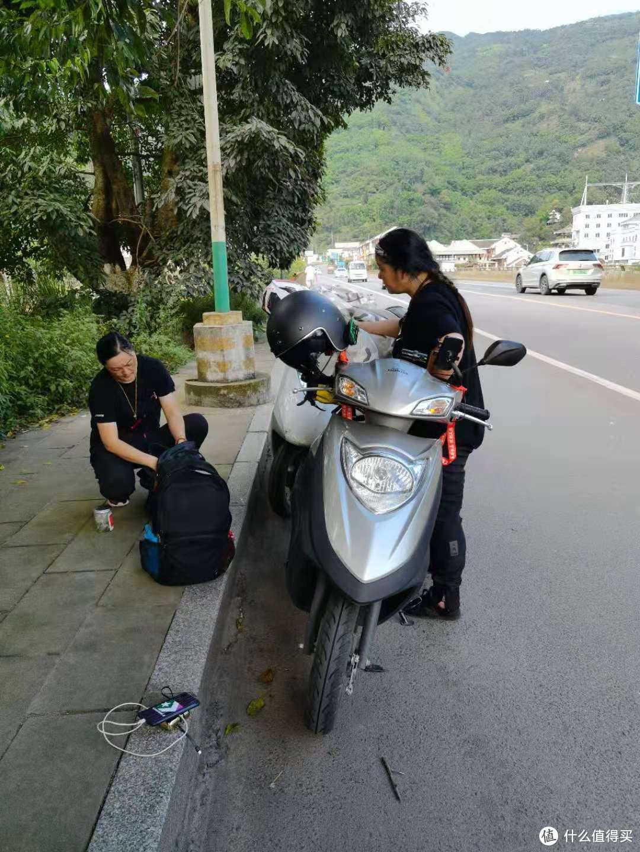 路上碰到两个安徽来的大姐 两个本田踏板骑的比较慢 十多天才到雅安