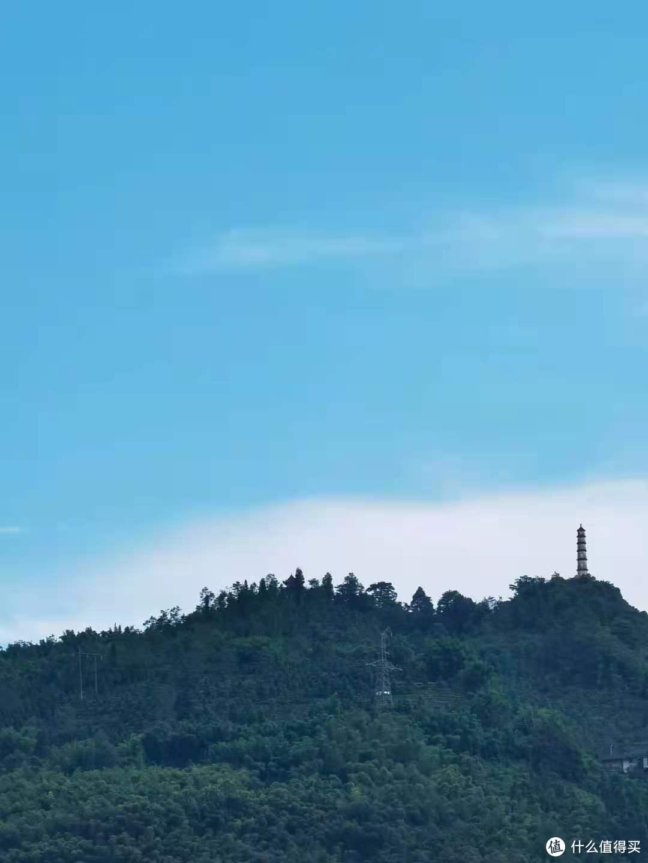 城边山上有一小塔