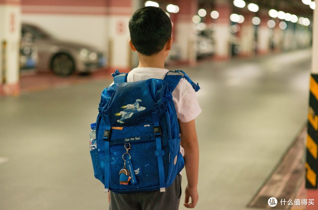 怎么及早纠正孩子生长发育阶段, 驼背, 耸肩这些脊柱的问题, 附儿童护脊书包多品牌比较