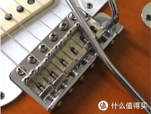 又一个顾名思义,单摇琴桥就是可以通过摇把下压,放松琴弦来改变音高