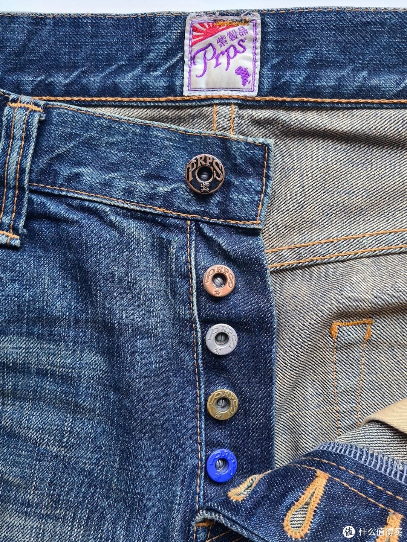 标志性的五色扣,黑色扣子已经掉色