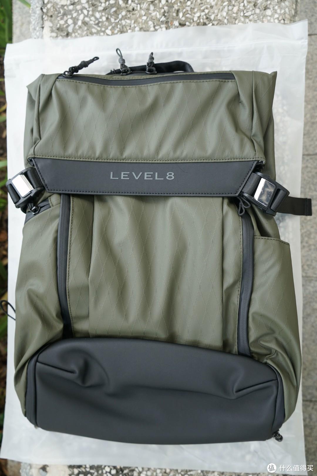 包是用军绿色搭配黑色双间的设计很有时尚感。活泼的军绿色既经用耐脏,前袋是采用TPV防泼水的