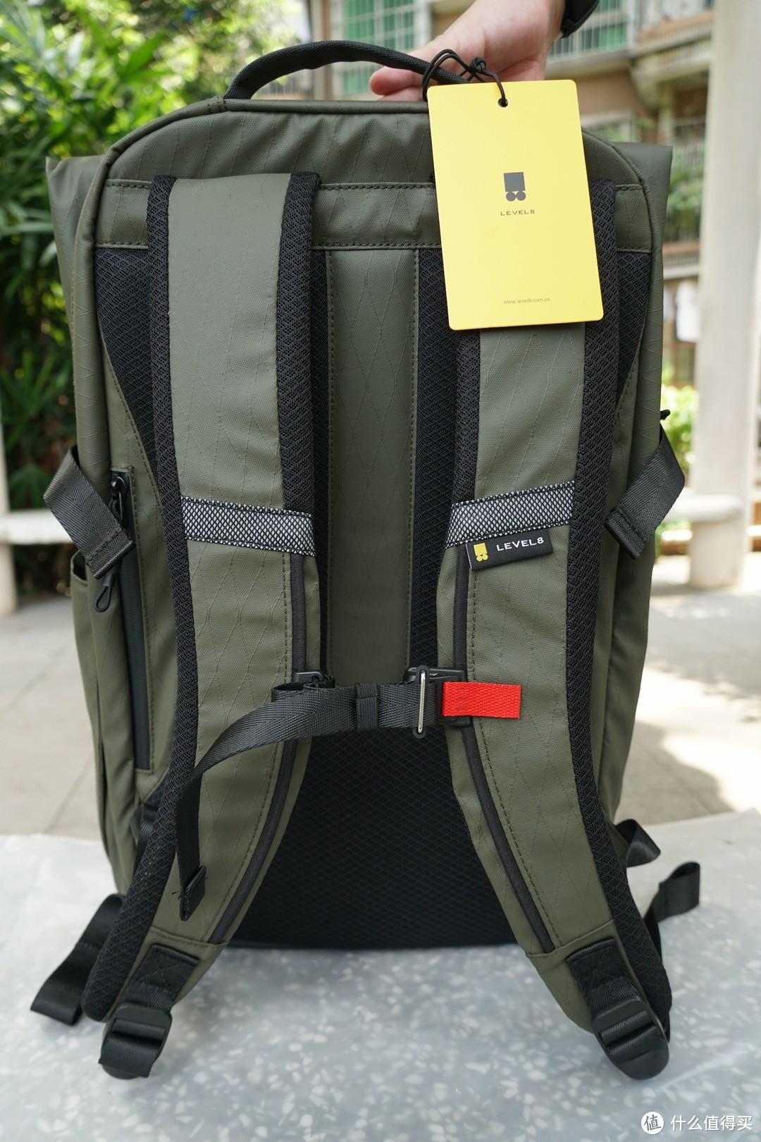 这是背包的另一面,背负系统由EVA填充肩带及三层复合蜂巢格网背板组成,更舒适、更减负、更透气。