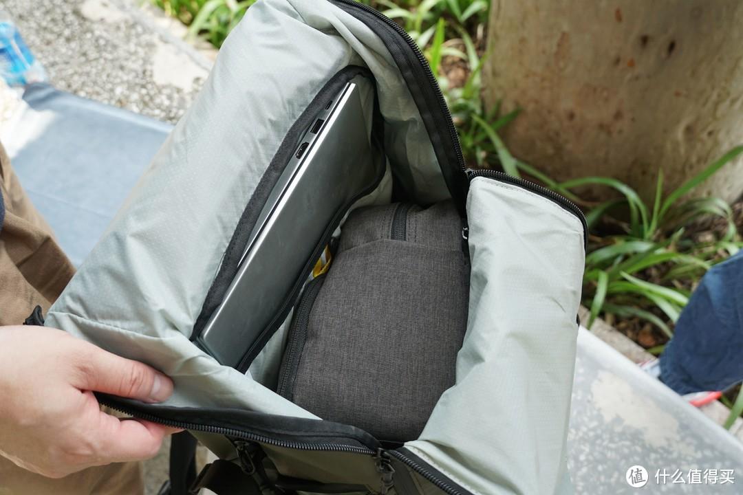 背包容量非常的大,可以直接放下相机的摄影包