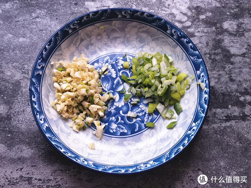 大蒜去皮洗净切成蒜末,葱叶洗净切成葱花;