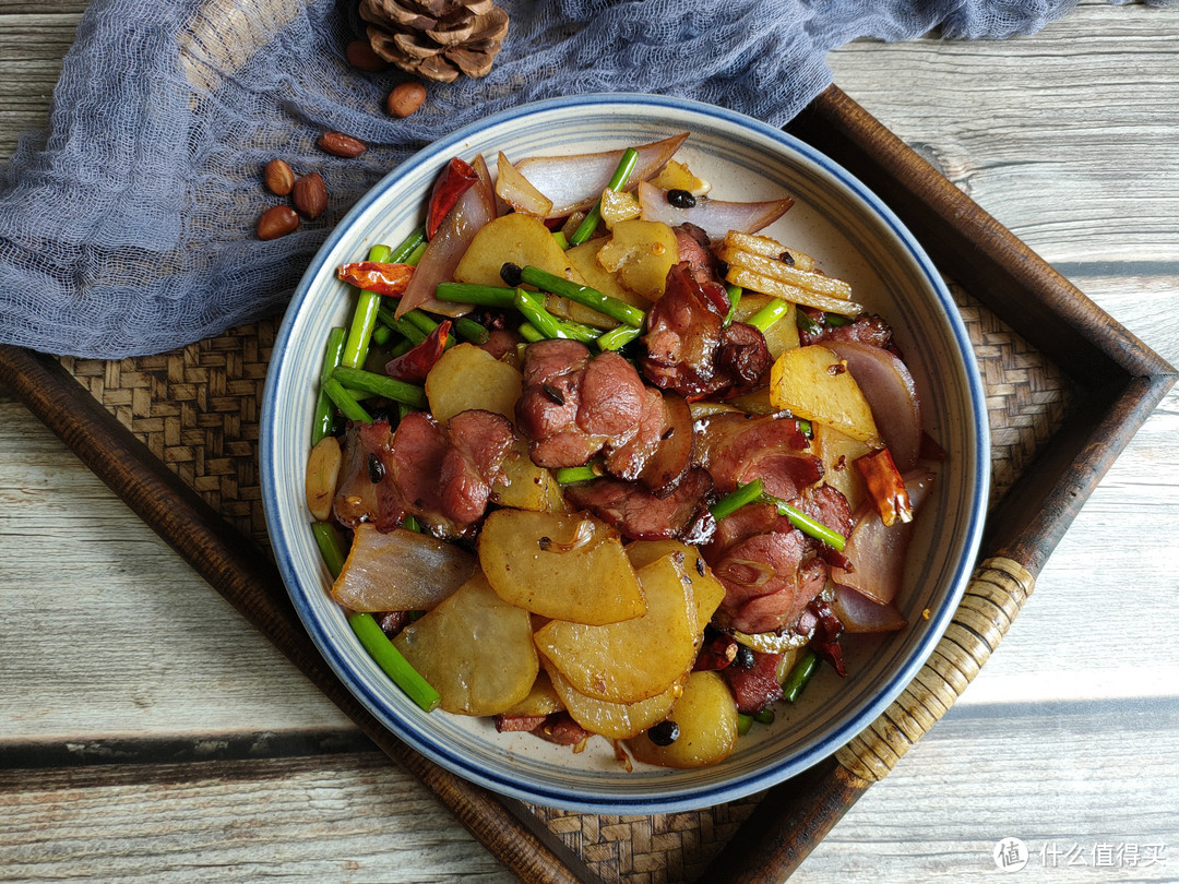 炒腊肉时,切记别直接下锅炒,多加一步,腊肉口感更好更入味