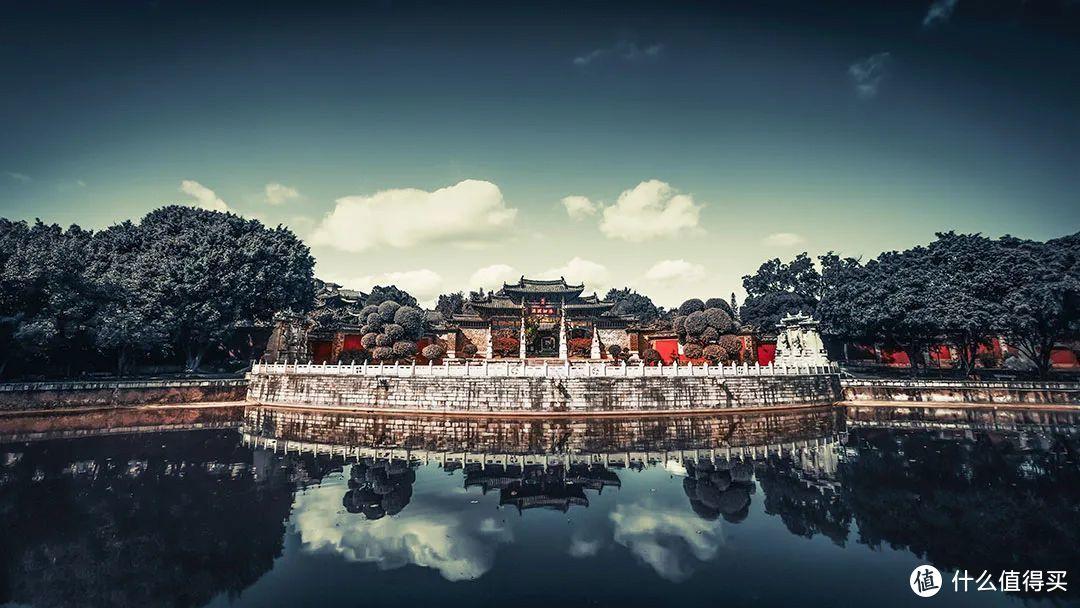 """建水文庙周围古柏森森,显得庄严肃穆,雄伟壮观,有""""金碧壮丽甲全滇""""之美誉。©️图虫创意"""