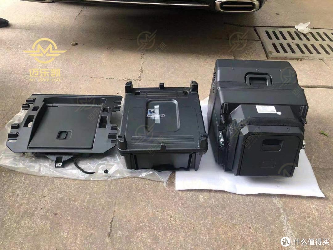 车载冰箱的配件:中间板 、储物盒底座、冰箱主体