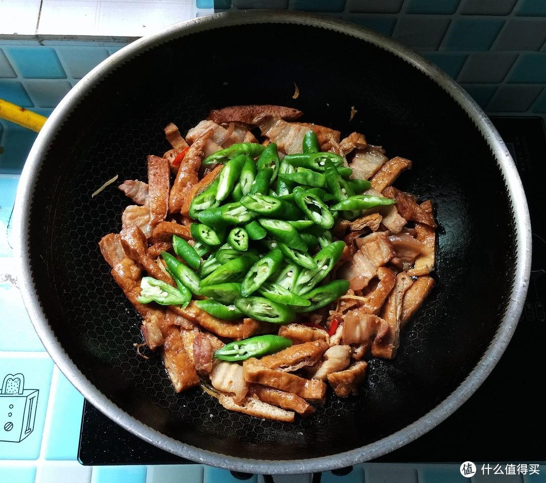 简单好吃的油豆腐炒五花肉,10分钟上桌,鲜香辣,配米饭绝了