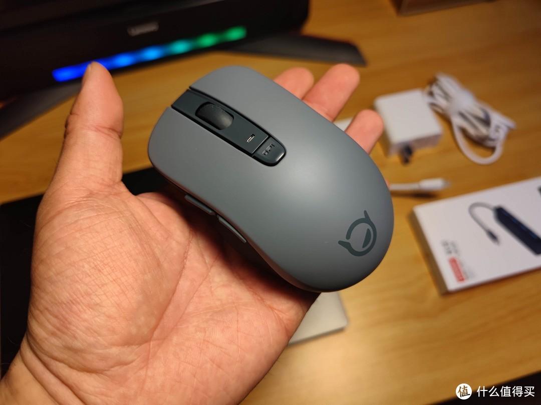 水泥灰配色的鼠标,静音按键,手感还可以(就是蓝牙的拖曳延迟免不了)