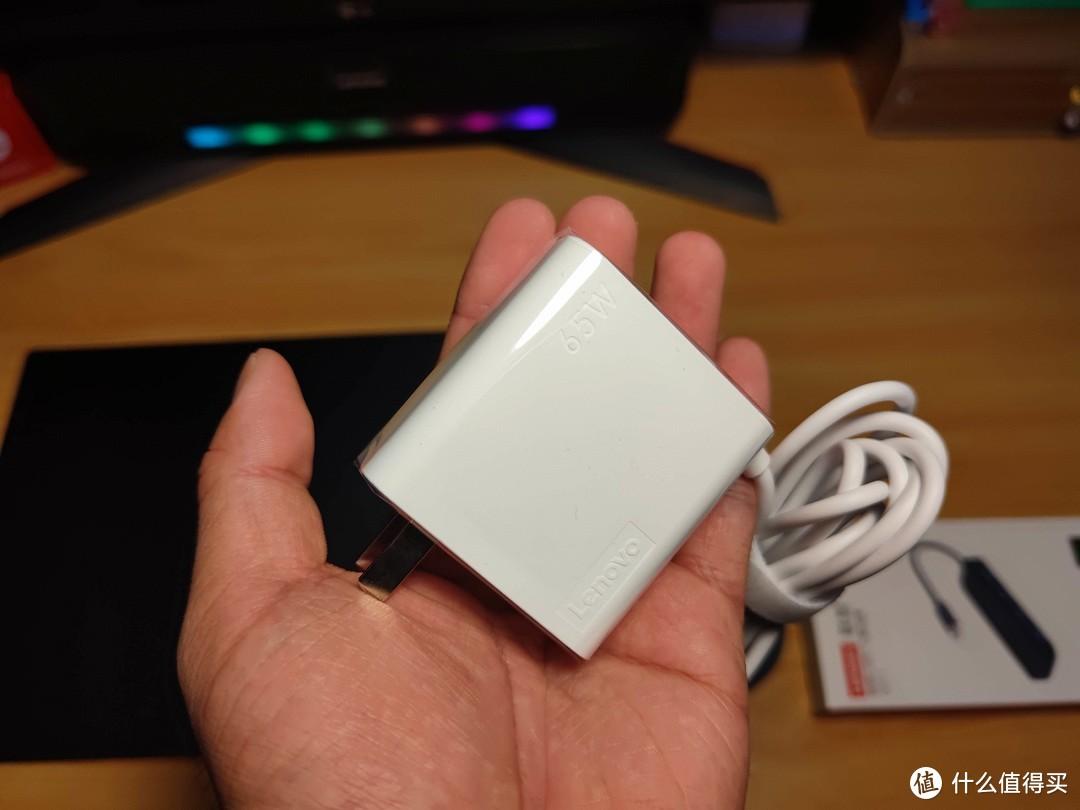 然后是Type-C的65W电源,我的米10U手机也能用,可以走9V/3A的27W快充,聊胜于无了