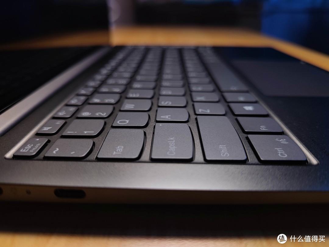 换个角度再看下键盘,键程真的短(感觉比MBP13还要短一些)