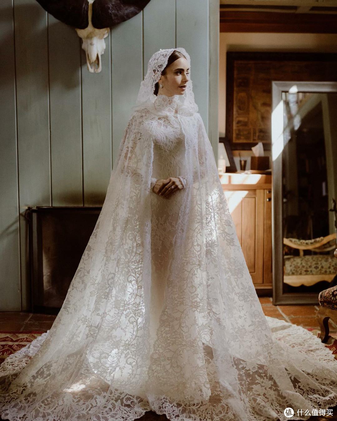 最美白雪公主结婚!32岁莉莉柯林斯红毯惊艳,私服一件军绿外套穿了好几年