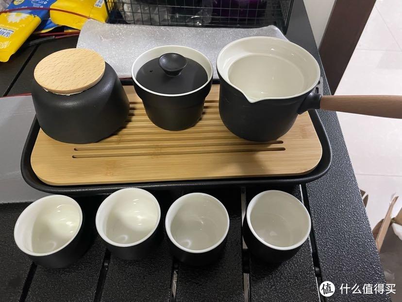 一个茶叶盒、茶滤带盖子、泡茶壶、四个茶杯