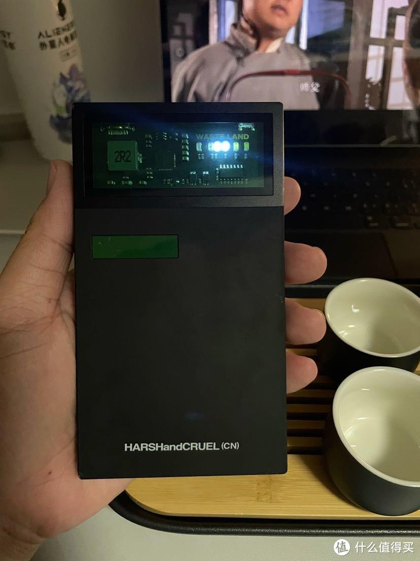 这个充电宝真是太好用了,工业风首先就吸引眼球,颜值无敌,一万毫安