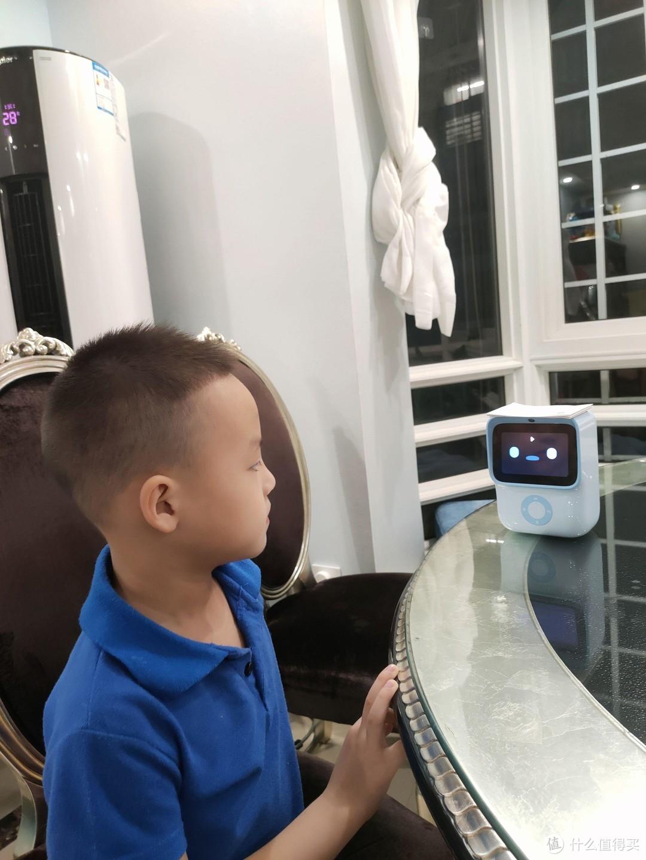 你有读绘本读到口干舌燥还不能停的经历嘛?机器岛绘本阅读机器人来帮你!