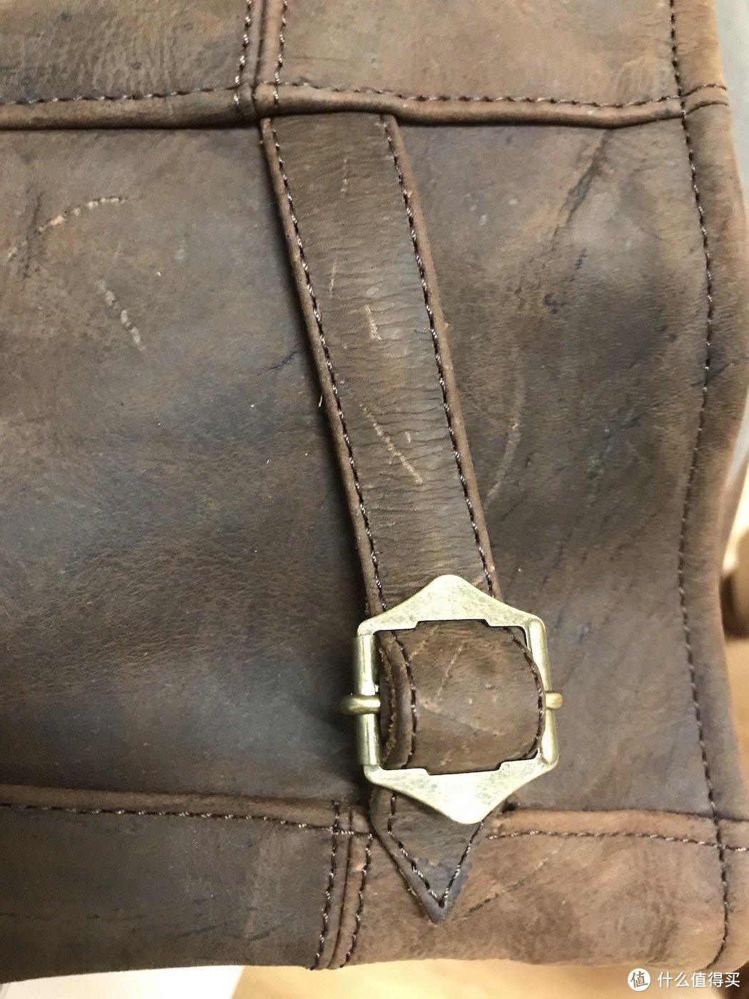 后面的铜扣