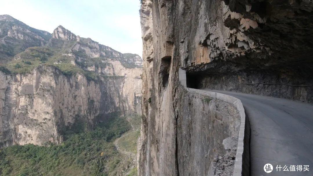 在太行山崖壁上凿出的公路,图为长治平顺井底挂壁公路 ©️图虫创意