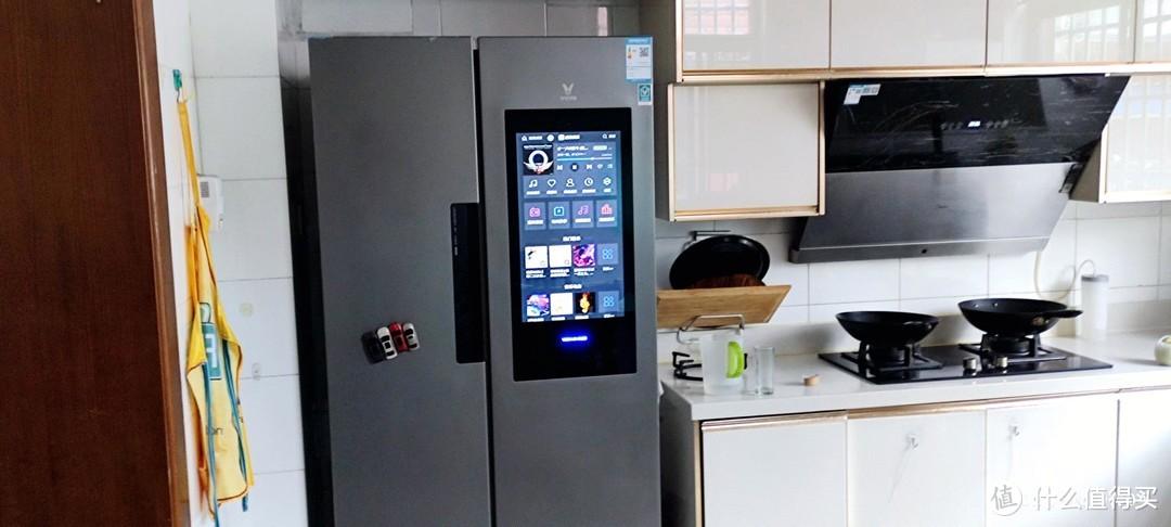 买冰箱送大平板!可以在餐厅边看电视边吃饭啦