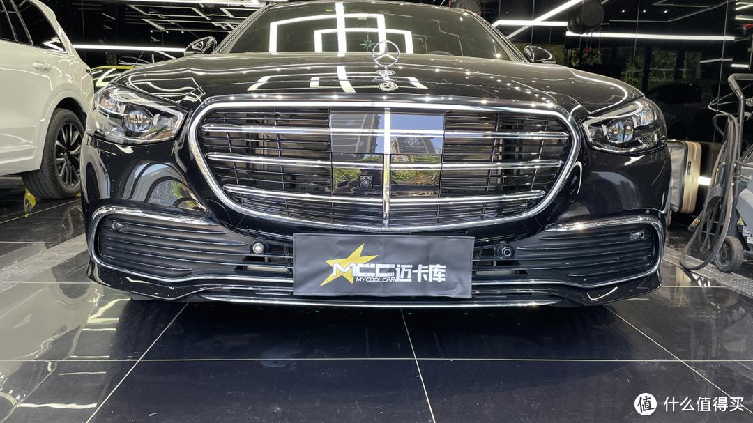 奔驰21款S400改装案例,四驱运动前后包围侧裙亮条
