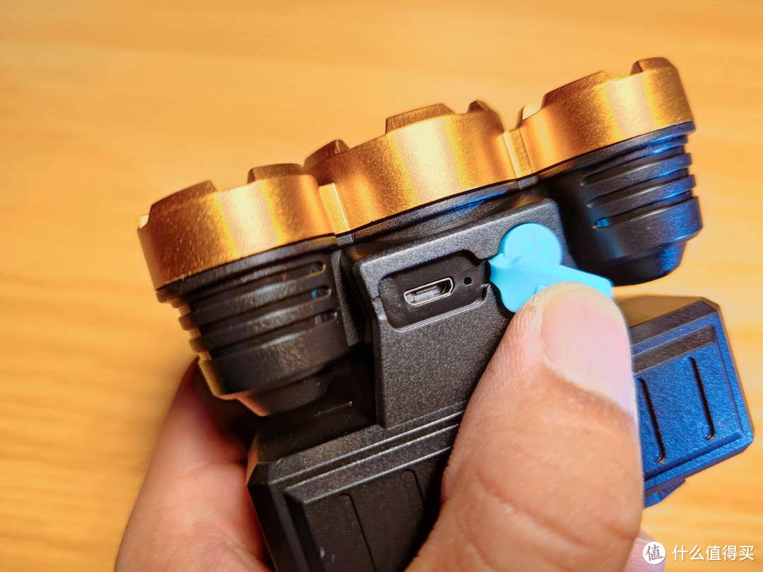 防水塞下的Micro-USB充电口,右侧圆形按钮是开关/功能按钮