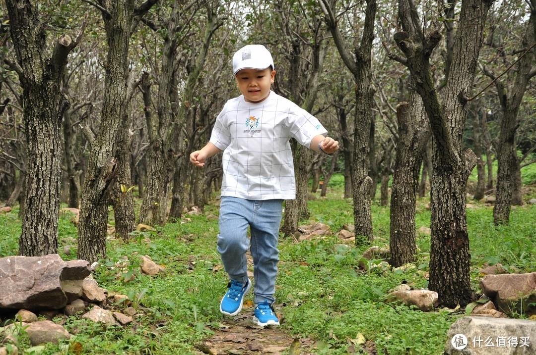 这是一双适合中大童的跑鞋,轻弹透气,旋钮系带更方便穿脱
