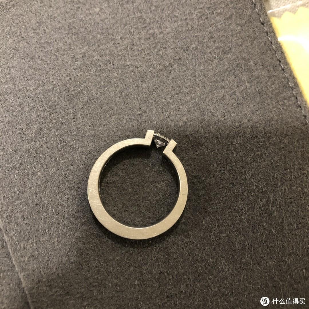 Niessing的戒指除了钛钢就是k金, 所有的款式都需要订制, 所以橱窗里的样品就使用了银材质而钻呢自然也……