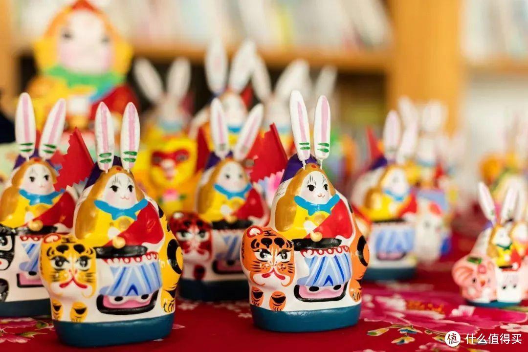 过去每到农历八月十五,京城家家都要摆上好吃的瓜果菜豆,供奉兔儿爷,以酬谢玉兔为人间带来的吉祥和幸福。(图源网络)