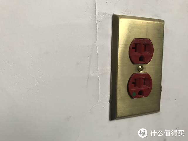 我墙上有一个很骚的红插座,相传这是保命的