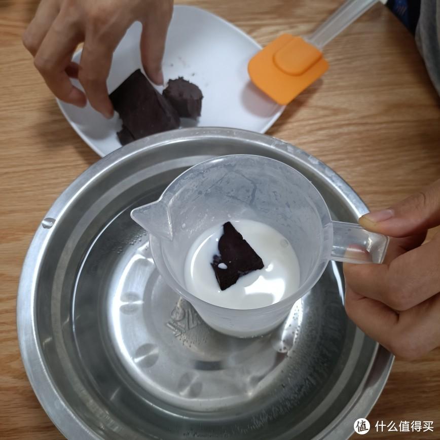 巧克力100g,加牛奶50g隔温水化开
