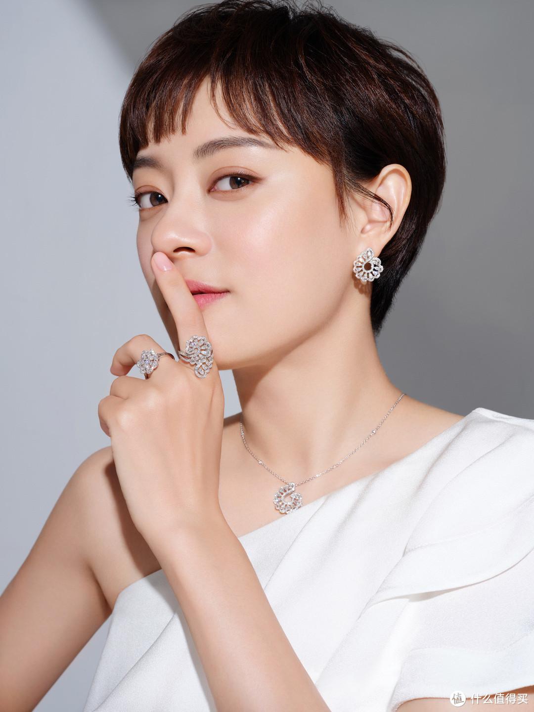 孙俪佩戴Precious Lace系列珠宝臻品,展现出截然不同的温婉气质,柔美雅致,浪漫缱绻。